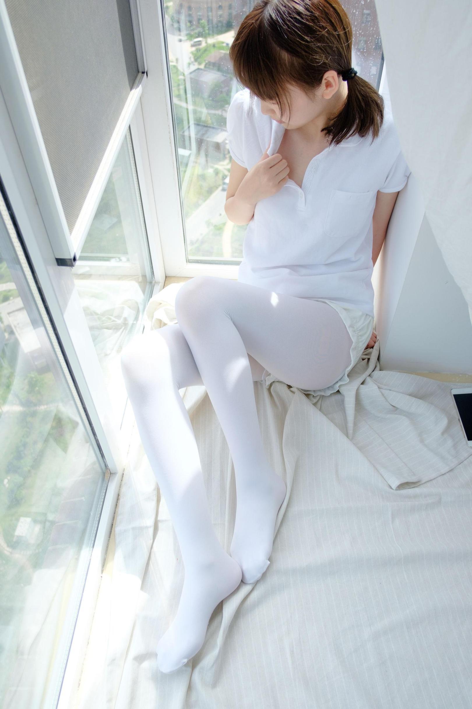 [网络美女] 网络美女 窗台上的白丝少女 高清写真套图